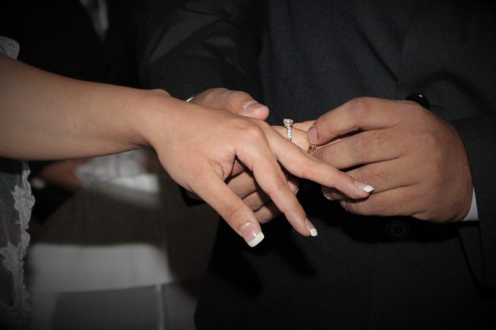 Puesta de anillo de boda para la novia