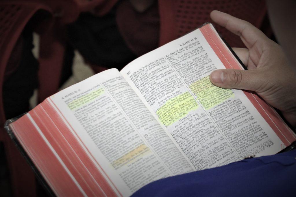 La Santa Biblia en Santa Ana